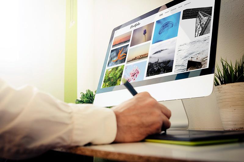 Cómo hacer un portafolio creativo online gratis. Diseñador creando su portafolio.